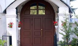 Металлические парадные двери в дом