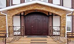 Входные стальные двери в коттедж